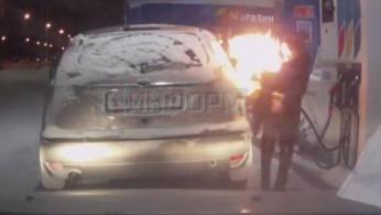 VIDEO: Astaga, Wanita Ini Nekat Nyalakan Api Saat Isi BBM