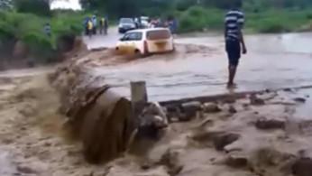 VIDEO: Nekat Terjang Banjir, MPV Ini Hanyut di Sungai