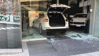 VIDEO: Tak Bisa Tahan Emosi, Pria ini Hantam Dealer Porsche