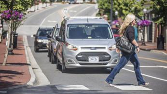 """VIDEO: Reaksi Orang Melihat Mobil Tanpa Awak """"Jalan Sendiri"""""""