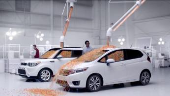 VIDEO: Honda Jazz vs KIA Soul Adu Kapasitas Dengan Ribuan Butir Permen!