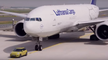 VIDEO: MINI Cooper Bermesin Listrik Bisa Derek Boeing 777?