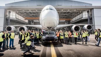 VIDEO: Porsche Cayenne Menarik Sebuah Airbus A380
