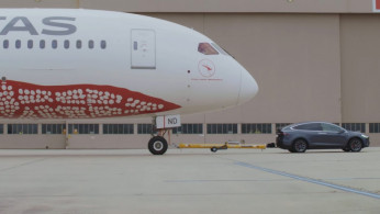 VIDEO: Tesla Menderek Sebuah Boeing 787 Berbobot Ratusan Ribu KG!