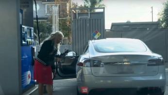 VIDEO: Tesla Model S Masuk SPBU dan Hendak Isi Bensin