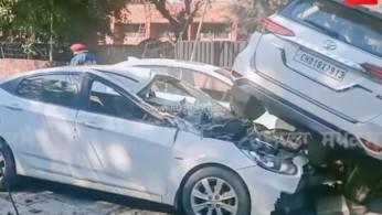 """VIDEO: Toyota Fortuner """"Terbang"""" di India Hantam 2 Mobil"""
