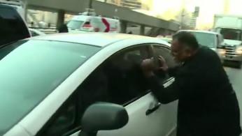 VIDEO: Sopir Taksi Menyerang Uber Di Toronto