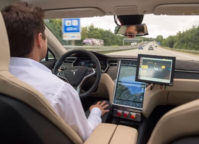 Autopilot Tesla-S Harus Tetap di Bawah Kendali Pengemudi